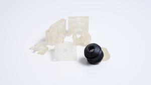 En sort og flere gennemsigtige 3D printede figurer