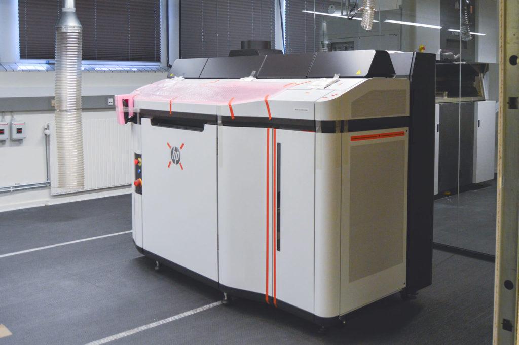 HP 5200 sænkes ned til Nexttech med kran