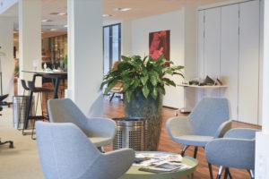 4 stole omkring et bord i kontorfællesskabet